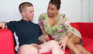 milf-stacie-starr-flirts-with-hung-midget