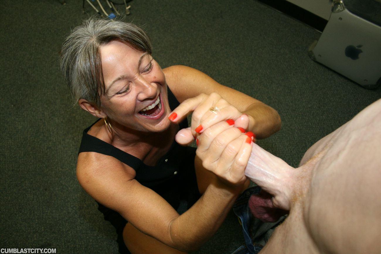 Sara gives nice handjob-3157