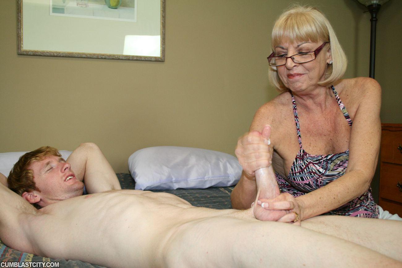 Бабка ласкает член деду